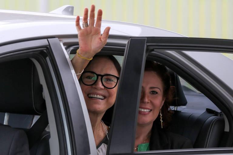 A atriz Regina Duarte, que deixou a Secretaria da Cultura, ao lado da deputada Carla Zambelli (PSL-SP), após reunião com Jair Bolsonaro no Palácio da Alvorada