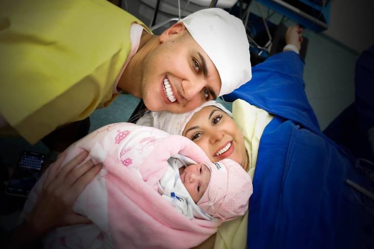 Zé Neto e Natália Toscano com a filha, Angelina