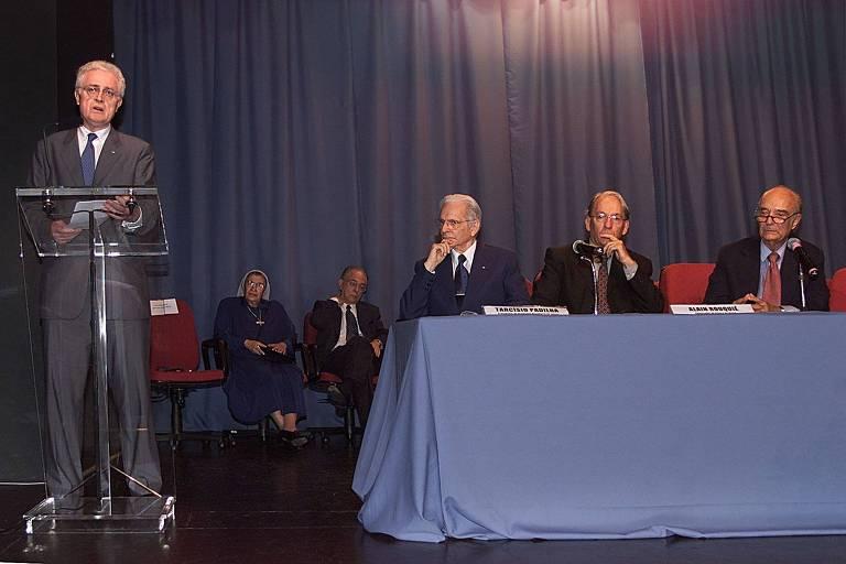 O prêmie francês Lionel Jospin faz palestra na Universidade Cândido Mendes e é observado por Tarcísio Padilha, Alain Rouquié e o reitor Cândido Mendes