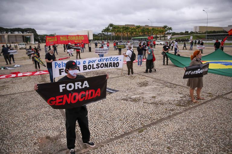 Manifestantes de grupos de esquerda fazem ato contra Bolsonaro na praça dos Três Poderes, em frente ao Palácio do Planalto