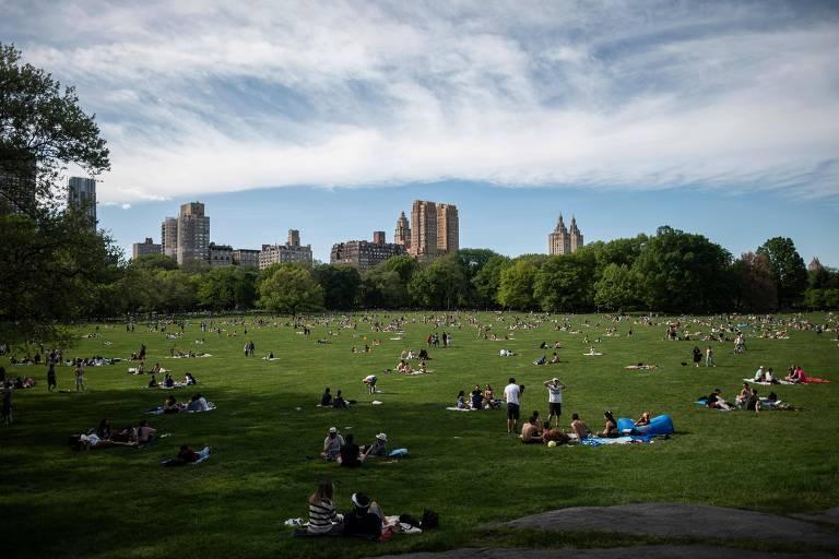 Moradores de Nova York passeiam no Central Park no último sábado (16)