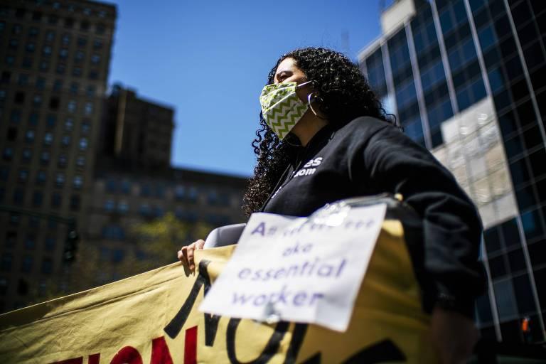 Manifestante pede libertação de imigrantes presos em Nova York