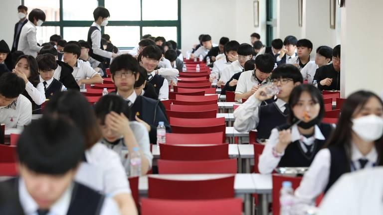 Alunos seguem medidas de distanciamento social durante a hora de almoço em escola de Seul, na Coreia do Sul