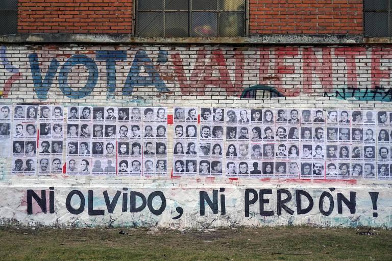 Fotos de desaparecidos na ditadura uruguaia afixadas em muro de Montevidéu