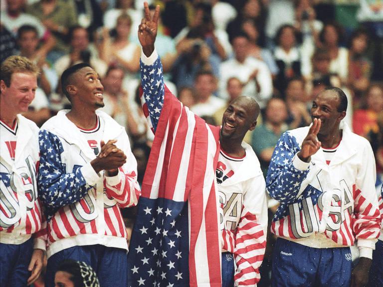 Michael Jordan ao lado de Larry Bird, Scottie Pippen e Clyde Drexler no pódio da Olimpíada de 1992