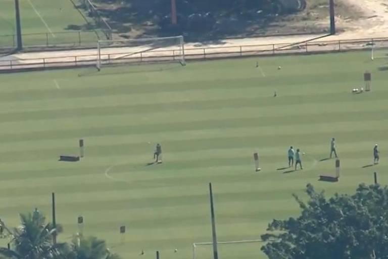 Imagem feita do alto por um helicóptero mostra jogadores do Flamengo treinando em um campo do CT do Ninho do Urubu
