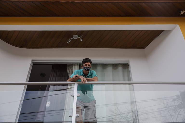 José Magalhães de Castro conversa com a reportagem da sacada de casa, em Colônia, onde faz isolamento com a família infectada por coronavírus