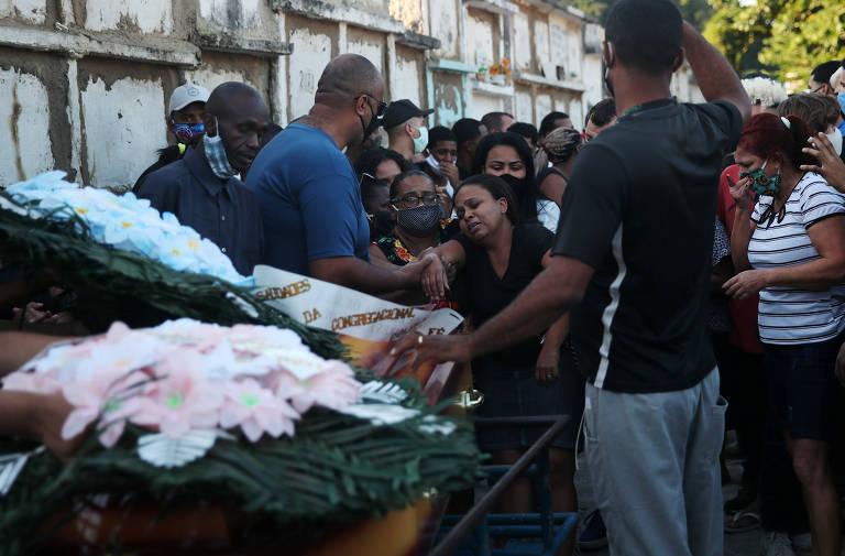 A mãe de João Pedro, Rafaela Coutinho, durante o enterro do filho