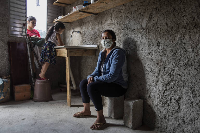 Isabel Beraldo Moura, em sua casa, tem dificuldade para manter os filhos na quarentena