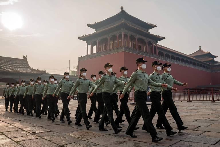 Exército marcha próximo à entrada da Cidade Proibida, em Pequim, durante cerimônia de abertura do congresso do Parlamento chinês