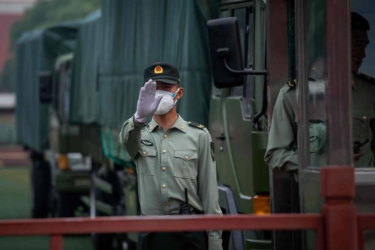 Soldado do Exército na entrada da Cidade Proibida, em Pequim