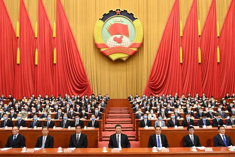 Dirigente da China, Xi Jinping (no centro), e outros membros do regime durante reunião de abertura da sessão anual do Congresso chinês