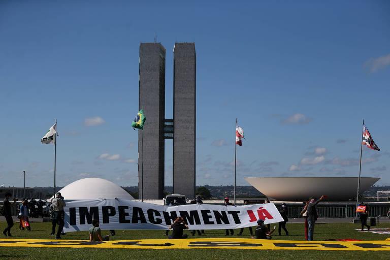 Militantes de movimentos de esquerda fazem manifestação pedindo o impeachment do presidente Jair Bolsonaro, em frente ao Congresso Nacional