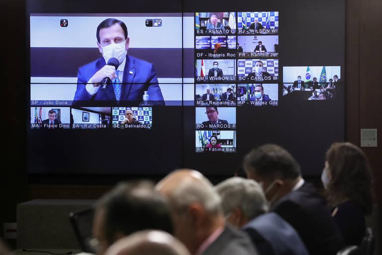 Imagem mostra telão com a participação dos governadores em videoconferência