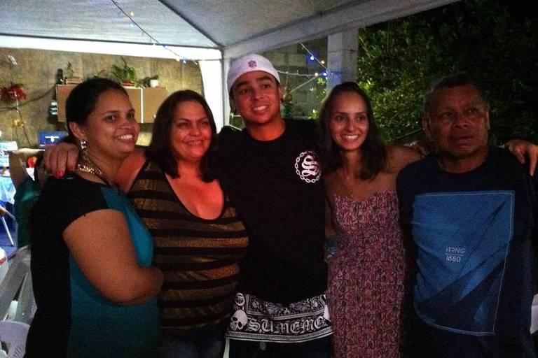 Douglas Ricci Tori Rosa, 34, com sua família. Leitor enviou para interação do Dia do Abraço