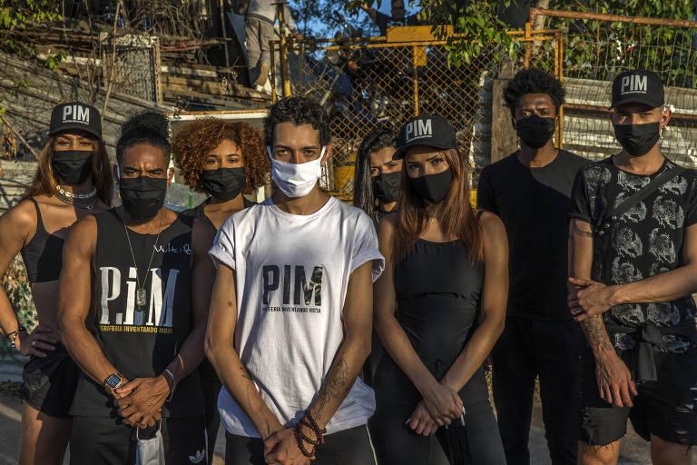 Equipe do projeto PIM (Periferia Inventando Moda), que confecciona e distribui máscaras em Paraisópolis, em São Paulo