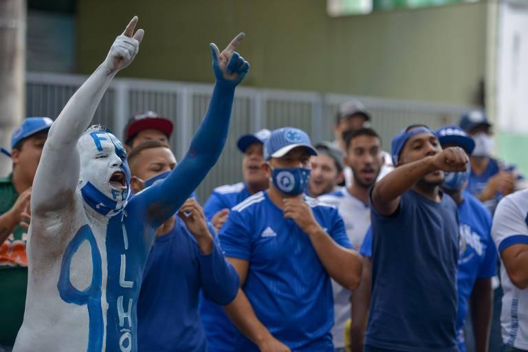 Torcedores do Cruzeiro protestam durante eleição do clube nesta quinta (21)
