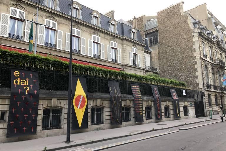 Intervenção 'Pano Preto na Janela', do artista Julio Villani, no prédio da embaixada brasileira em Paris
