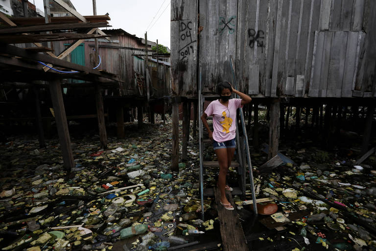 Moradora na favela Educandos, em Manaus; desigualdade acentua expansão do coronavírus no Brasil
