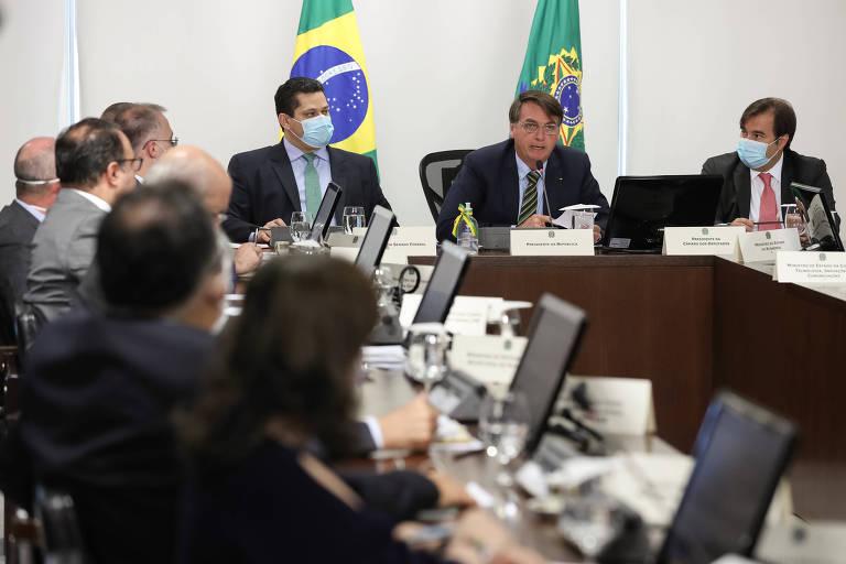 Presidente Jair Bolsonaro, presidente do Senado, Davi Alcolumbre, e o presidente da Câmara, Rodrigo Mai,a em videoconferência com governadores