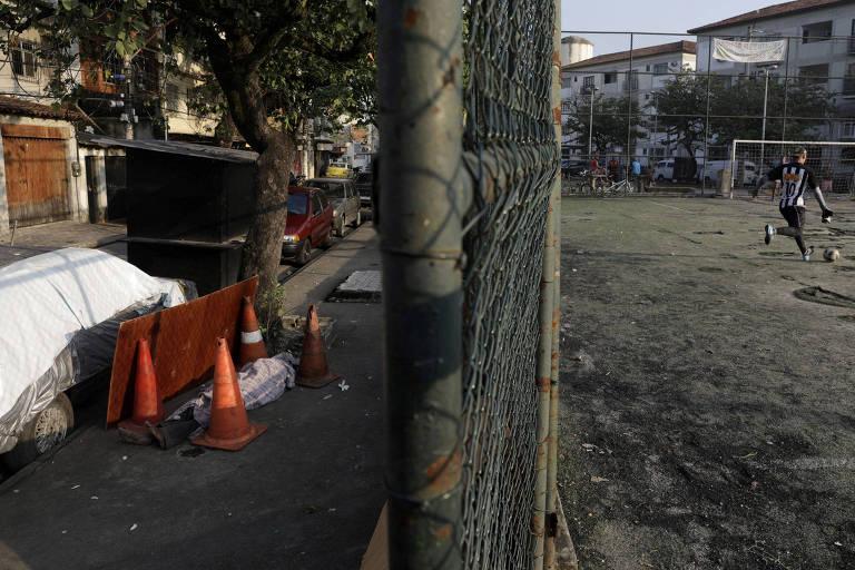 Corpo de Valnir Mendes da Silva, 62, em calçada em favela onde ele morreu