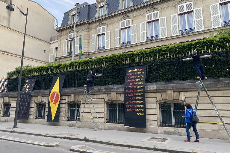 Artista faz intervenção na embaixada do Brasil em Paris em protesto contra Bolsonaro