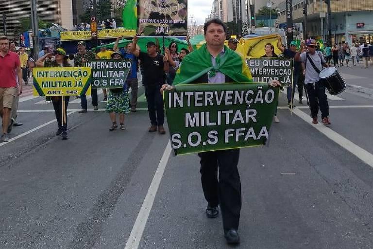 Grupo na avenida Paulista pede intervenção militar com cartaz mencionando o artigo 142