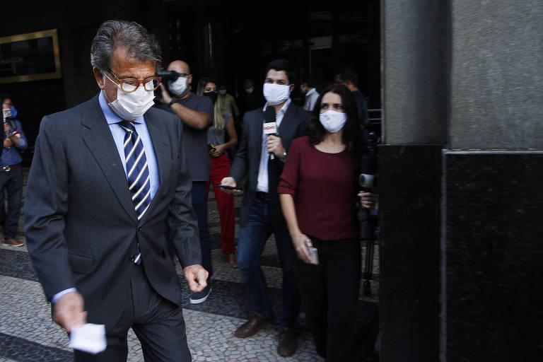 O empresário Paulo Marinho deixa o prédio do Ministério Público Federal, no Rio, após prestar depoimento nesta quinta-feira (21)
