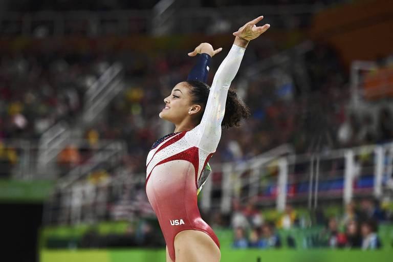 A ginasta norte-americana Laurie Hernandez se apresenta na Olimpíada do Rio de Janeiro, em 2016