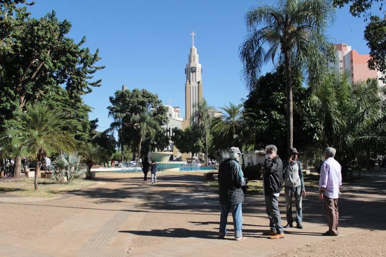 Idosos seguem frequentando praça Nove de Julho, no centro de Presidente Prudente (SP), em meio à pandemia do novo coronavírus