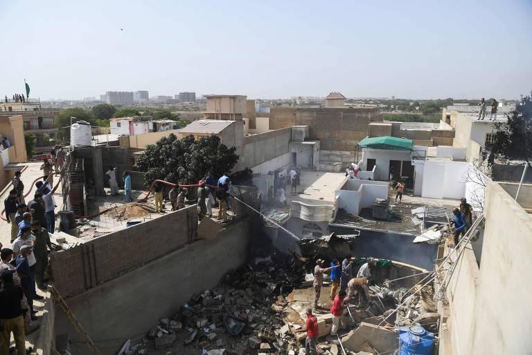 Avião com ao menos 99 passageiros cai em bairro residencial no Paquistão