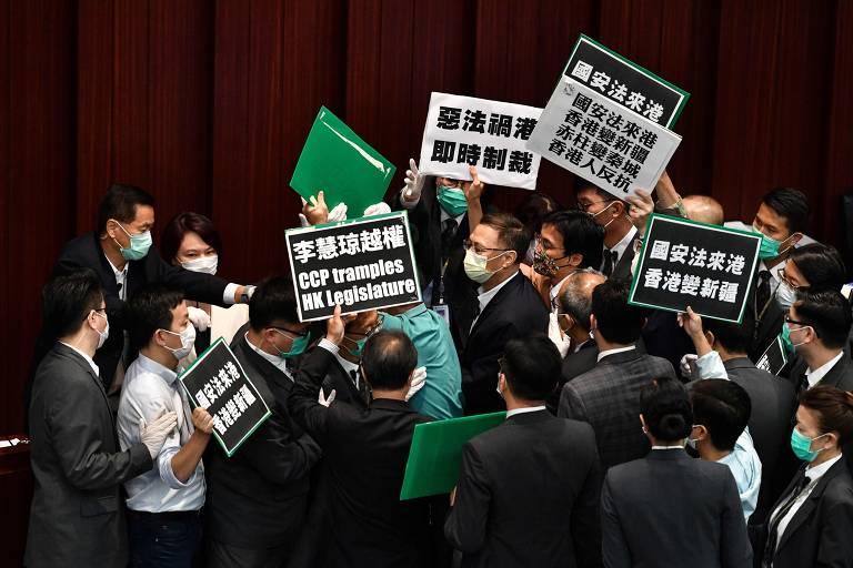 Deputados pró-democracia protestam contra medida local pró-Pequim no Conselho Legislativo