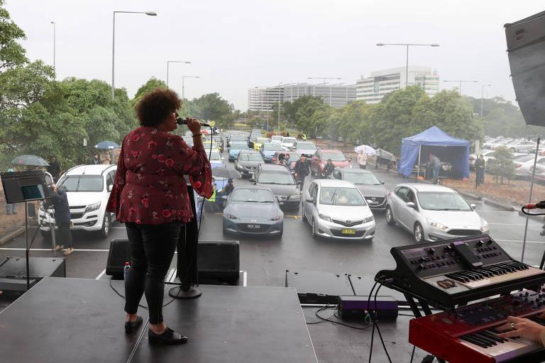 Fãs de música desfrutam de show ao vivo em drive-in na Austrália