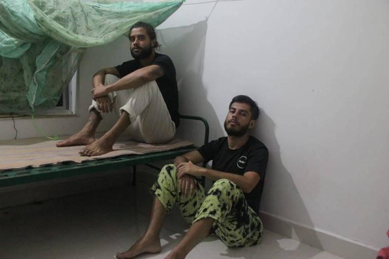 Gabriel Catarino (no chão) com seu colega de viagem, também brasileiro, no centro que os hospedou na Índia