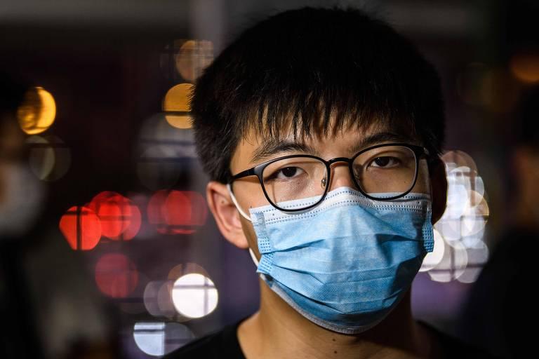 Joshua Wong distribui panfletos contra a proposta chinesa em Hong Kong nesta sexta