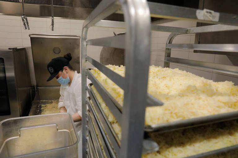 Cozinha do Eleven Madison Park fazendo marmitas para pessoas carentes de Nova York