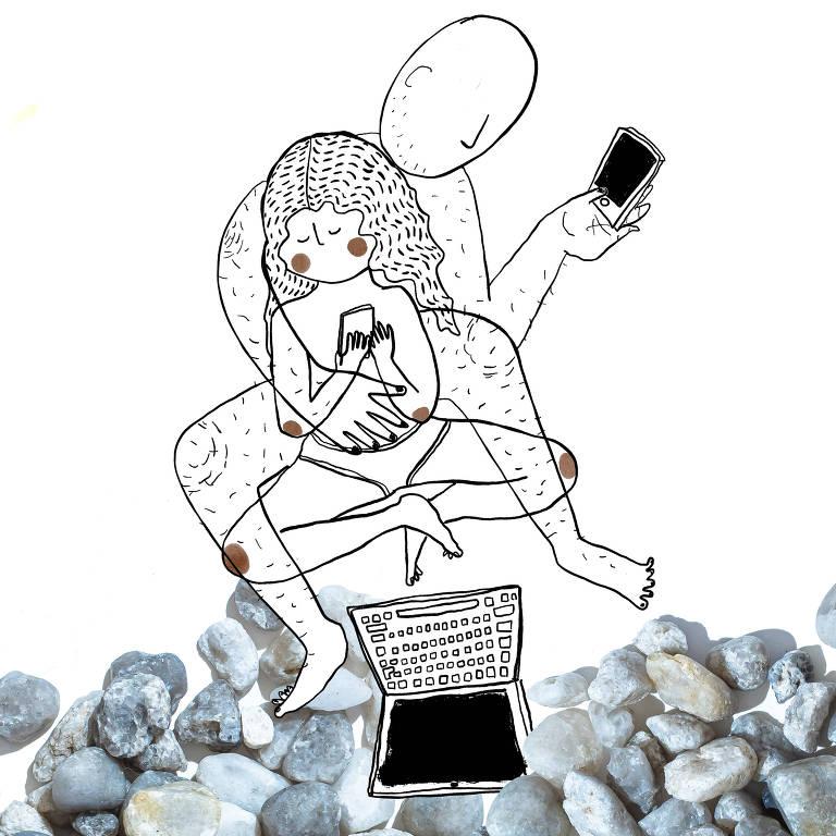 Homem sentado com criança em seu colo, com um computador a frente; os dois mexem em celulares
