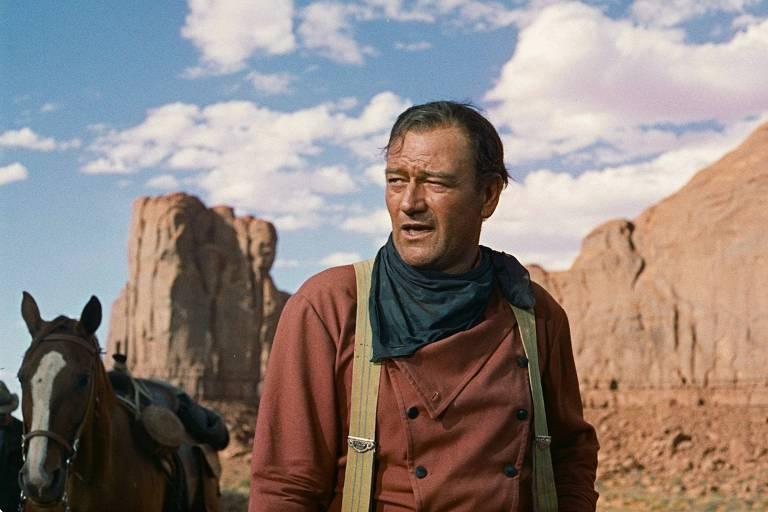"""O ator John Wayne em cena do filme """"Rastros de Ódio"""" [The Searchers], de 1956, com direção de John Ford"""