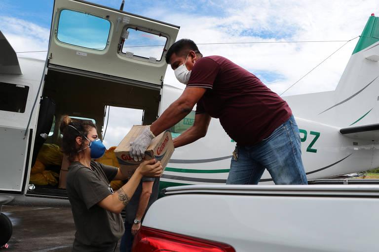 O Indígena Eládio Rodrigues Curico, 53, liderança da etnia Kokama e assessor da Secretaria Especial de Saúde Indígena (SESAI), recebe do Greenpeace doação de materiais de higiene básica
