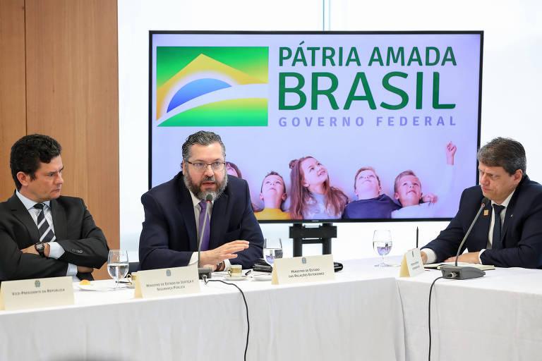 O chanceler Ernesto Araújo (centro) participa de reunião ministerial em Brasília