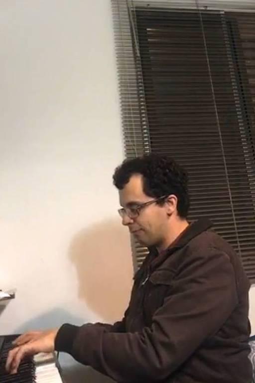 O repórter Filipe Oliveira se apresenta em live de aniversário