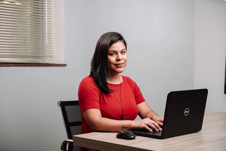 Amanda Silva Santos, 30, funcionária da FX, no escritório da empresa em SP