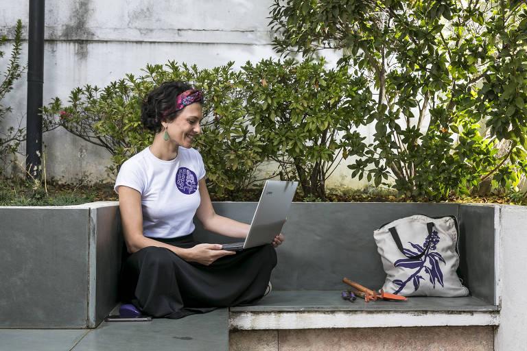 A bióloga e paisagista Bárbara Mellado, dona da Jardins Bárbaros, no condomínio em que mora na zona norte de São Paulo