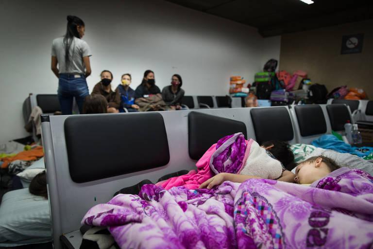 Colombianos dormem no aeroporto de Guarulhos à espera de uma solução para voltar a seu país