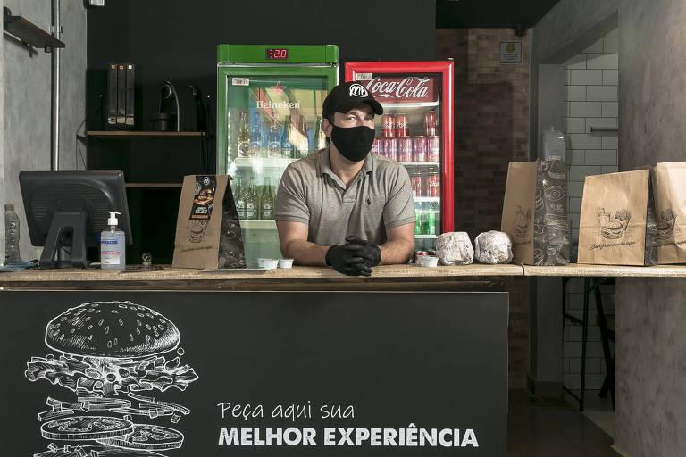 O chef Marcos Baldassari na sua recém-aberta hamburgueria, a MB Burger, na zona sul da capital paulista