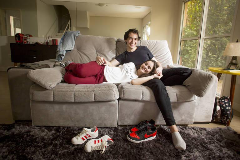 Gabriel Dearo e Manuela Digilio são recém-casados e trabalham juntos em casa na quarentena