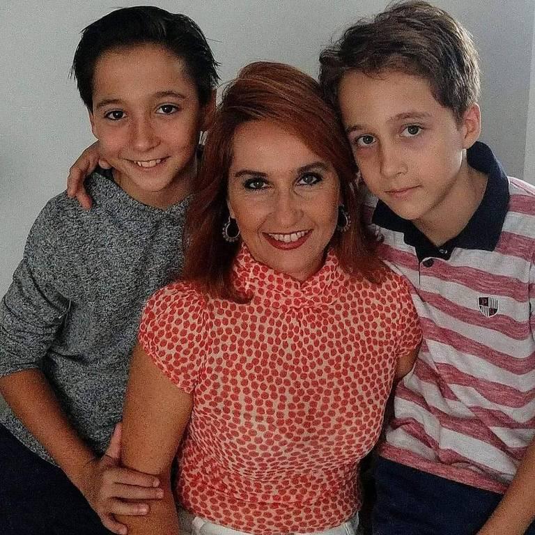 A designer têxtil Angélica Giovannini e os filhos Franco e Marcelo; ela se descuidou na cozinha e o pano de prato pegou fogo
