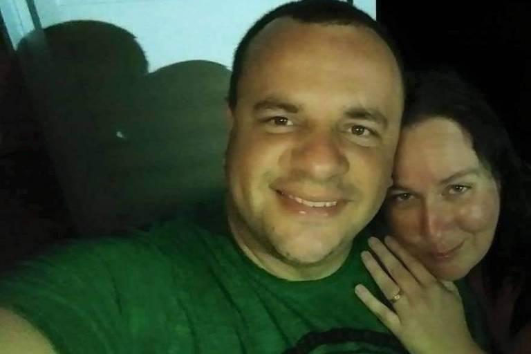 A motorista de aplicativo Letícia Helena Teixeira Brandão e o marido, Rael, após ela se recuperar da Covid-19