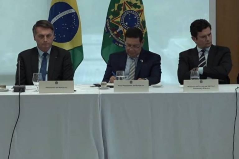 Bolsonaro, Mourão e Sergio Moro sentados à mesa em reunião
