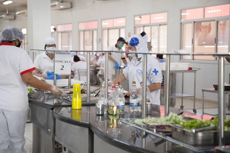 Nos refeitórios dos frigoríficos, o distanciamento é obrigatório e a limpeza foi reforçada